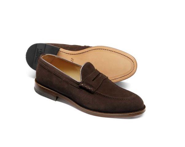 Mẫu giày charles tyrwhitt chocolate suede penny loafer có mức giá khoảng 5,6 triệu VND.