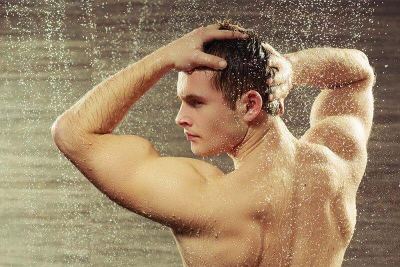 Việc tắm và tẩy tế bào chết cho da rất quan trọng. Photo: ELLE Man