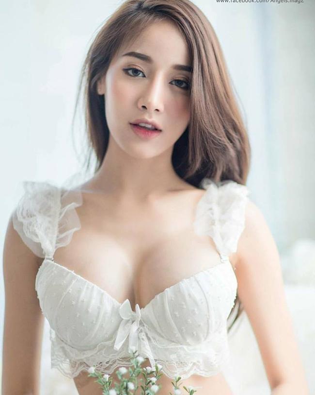 """Cuối năm 2016, mạng xã hội Việt từng xôn xao trước cái tên Jessie Vard - cô gái 17 tuổi được mệnh danh là """"nữ thần thoát tục"""" của Thái Lan. Mới đây, một gương mặt cũng được ca ngợi là xinh đẹp và hoàn hảo không kém Jessie Vard. Đó là Pichana Yoosuk."""
