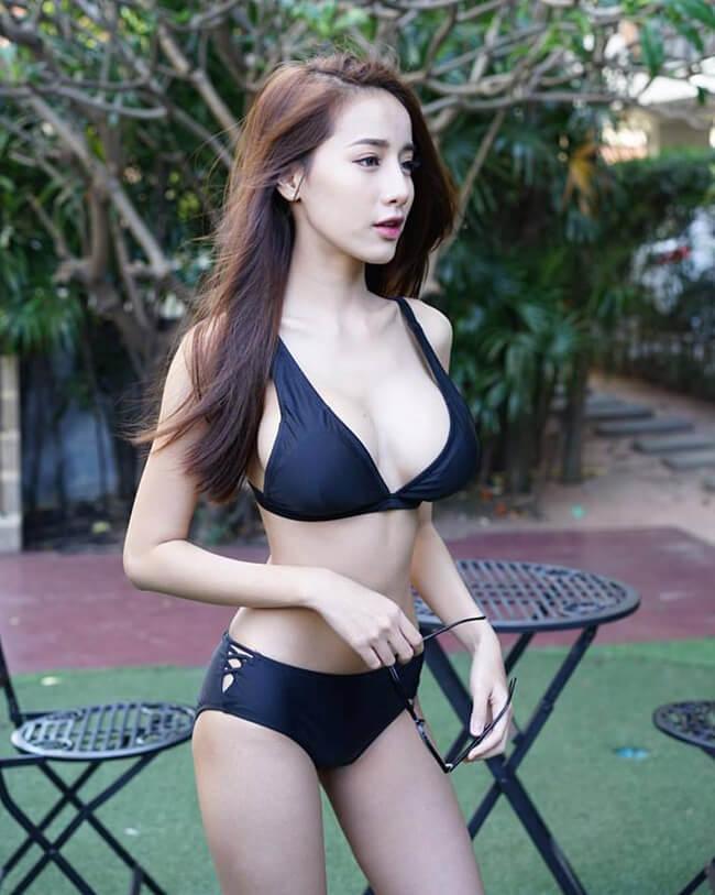 Có thể thấy, Pichana Yoosuk rất yêu thích phong cách sexy khi thường xuyên diện thiết kế khoe vòng 1 và đường cong hoàn hảo.