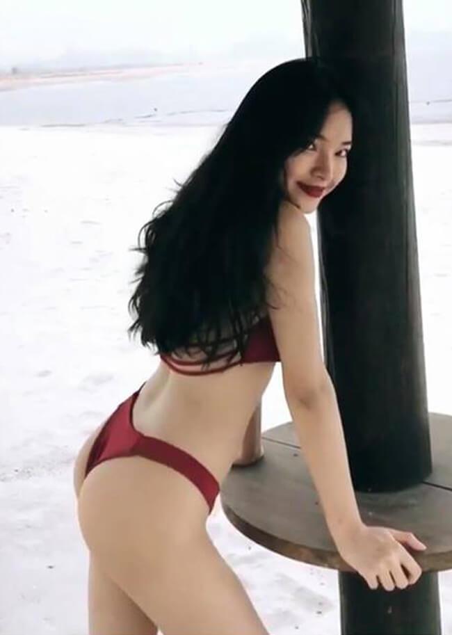 Cô nàng thường xuyên khoe dáng trong những bộ bikini mướt mắt.