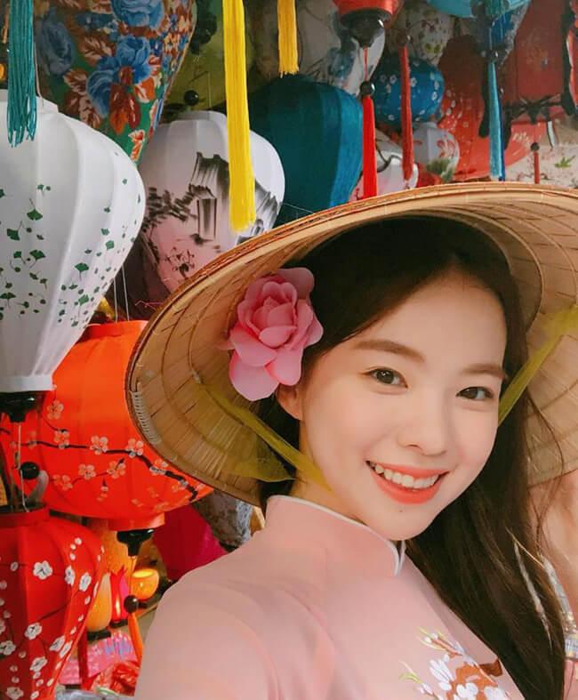 """Tháng 4/2018, """"nữ hoàng nội y"""" xứ Hàn có chuyến du lịch tại Đà Nẵng, Hội An. Cô khoe loạt ảnh diện áo dài dạo chơi khắp các địa điểm thú vị của thành phố biển trên Instagram."""