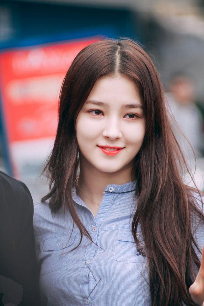 Một số bức hình chụp lén cô nàng tại phố đi bộ Hà Nội được đăng tải trên Fanpage chuyên đăng ảnh gái xinh châu Á, hút nghìn lượt thích.