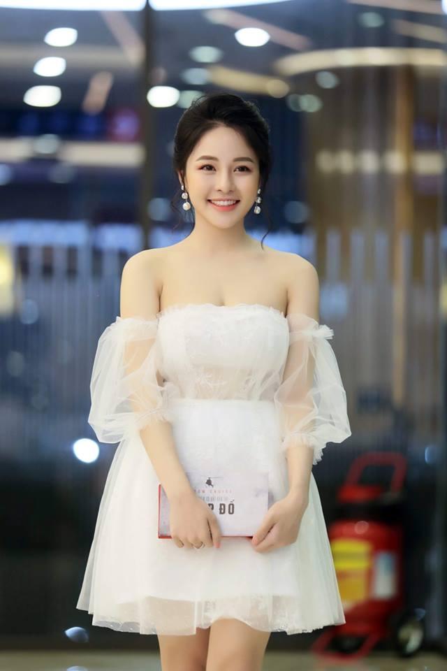 Chọn chiếc váy voan trắng trễ vai cup ngực để khoe vòng 1 căng đầy, Trâm Anh trông nữ tính, dịu dàng và hết sức trẻ trung.