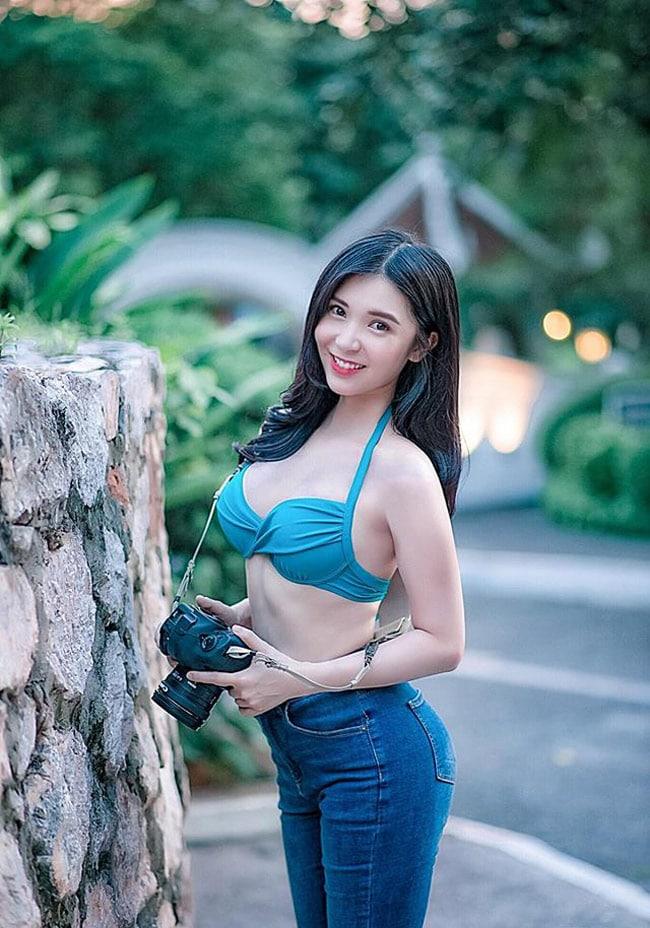 Thanh Bi mới đây lại gây sốt với bộ ảnh mới kết hợp bikini xanh và quần jeans đồng màu