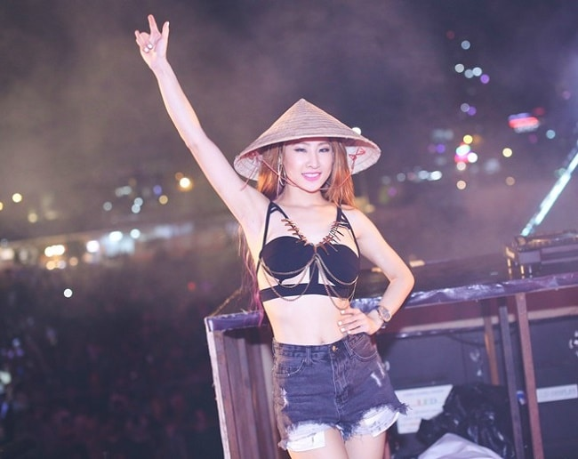 """Cô cho rằng các DJ thường ăn vận sexy vì """"mình thích thì mình mặc thôi""""."""