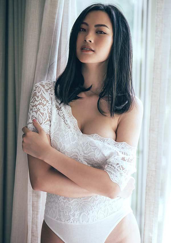 Vóc dáng chuẩn của người đẹp khi diện trang phục áo tắm ren trễ vai gợi cảm.