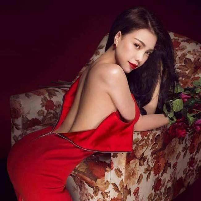 Mặc dù khá thường xuyên tung ra những bộ hình nóng bỏng, sexy nhưng đây là lần hiếm hoi Trà Ngọc Hằng chụp ảnh nude.