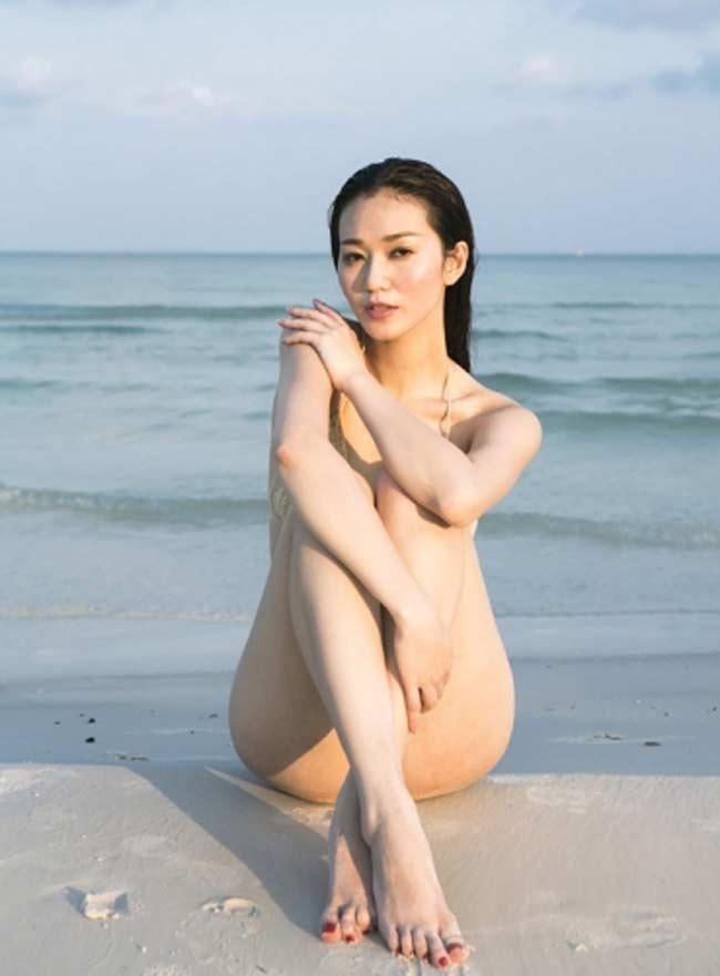 """Dù lên tiếng là bị đó ai """"chơi khăm"""" và tung ảnh nude của cô lên mạng nhưng phải công nhận Khánh My quá đỗi gợi cảm trong những bức ảnh khoe trọn bộ cơ thể."""