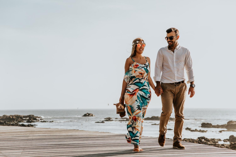 hẹn hò với cung song ngư - cặp đôi nắm tay dạo bên bãi biển 2