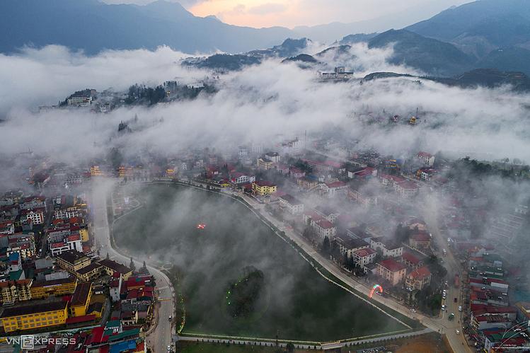 Mây luồn ở thị trấn Sa Pa. Ảnh: Bùi Xuân Việt.