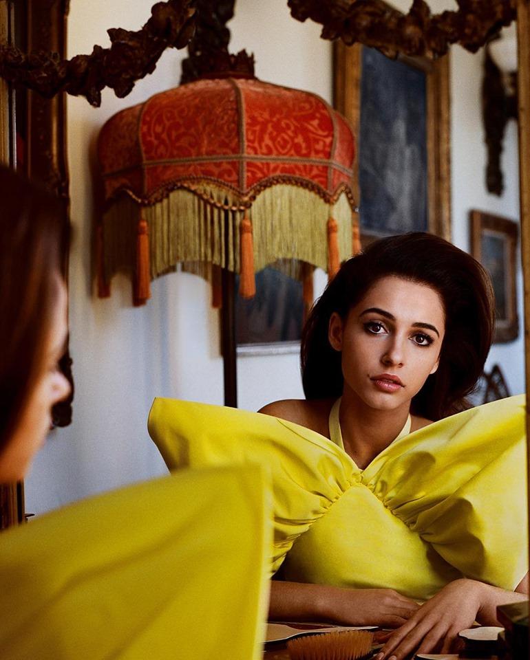naomi scott diện váy vàng