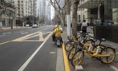 Nhân viên chuyển phát Meituan Diangping đỗ trước một nhà hàng ở Thượng Hải vào ngày 3/2. Ảnh: SCMP.