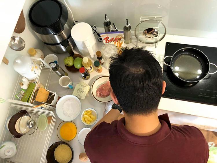 Đức Nghĩa lúi húi trong căn bếp sau một ngày đi làm. Ảnh: Quỳnh Trang.