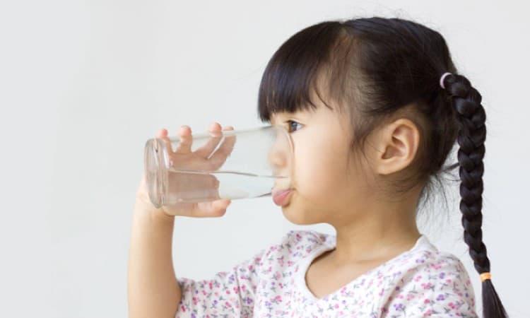 Uống nhiều nước giúp giảm calo hấp thụ và giảm rủi ro tăng cân