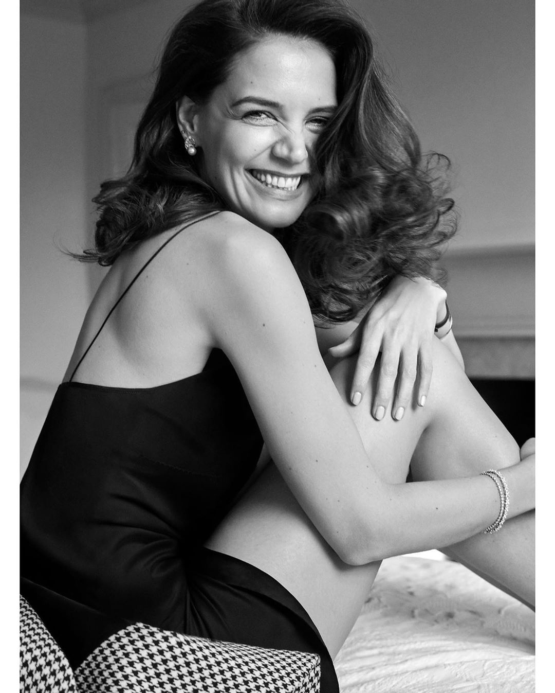 Katie Holmes khoe dang tuoi 42 hinh anh 3 instylemagazine_89390014_898682443923763_2715399775476270090_n.jpg
