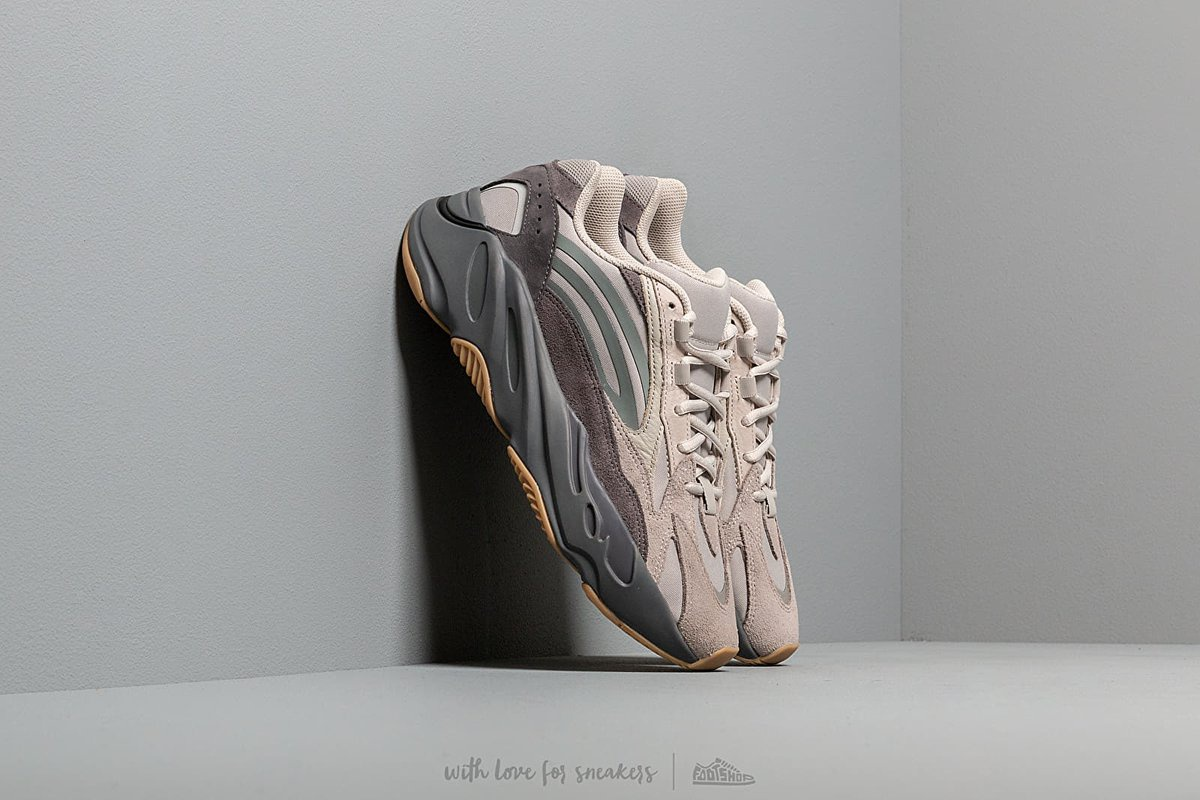 Yeezy 700 Mauve va 11 doi giay dang duoc ban re hon gia goc hinh anh 3 more_sneakers.jpg