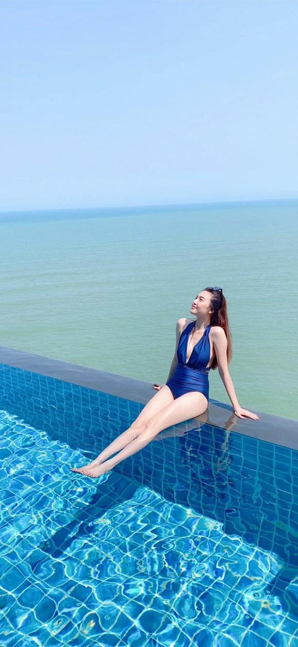 """""""my nu vung tau di xe 70 ty"""" khoe than hinh nong bong voi bikini, fan phat hien dieu la hinh anh 2"""