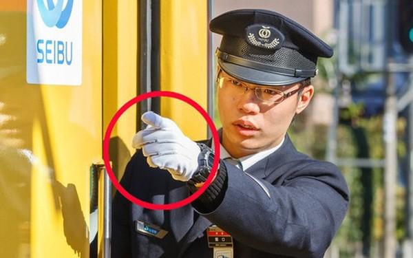 Người lái tàu điện tại Nhật Bản có một thói quen ai nhìn cũng tưởng bất lịch sự, nhưng thực chất mục đích phía sau thì cực kỳ quan trọng - Ảnh 1.