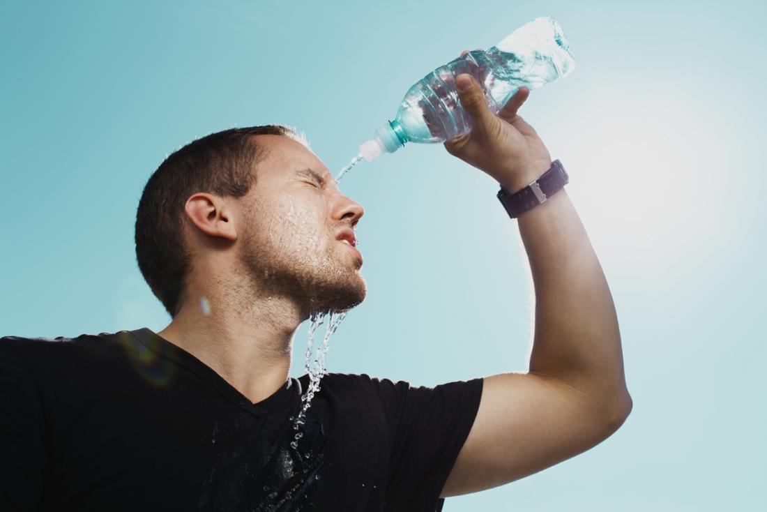 luyện tập thể thao-chàng trai đổ nước vào người