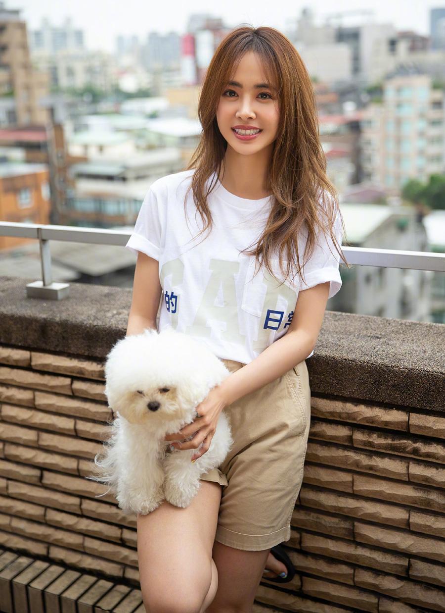 Vài tháng nay, Thái Y Lâm dừng hoạt động, thực hiện giãn cách xã hội tại nhà riêng ở Đài Loan. Cô dành thời gian chơi đùa với thú cưng, nấu ăn, học đàn ukulele...