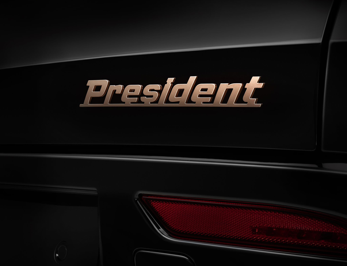 Chữ President màu vàng đồng ở đuôi xe. Ảnh: VinFast